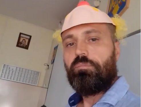 """Un profesor de la Liceul Sportiv din Oradea, protest cu mască de clovn în sala de clasă, alături de elevi: """"Stăm ca animăluțele în țarc"""""""
